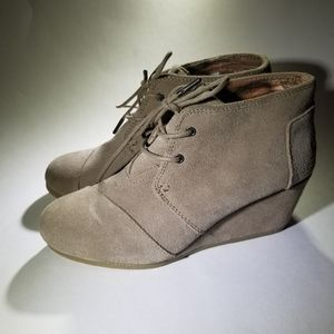 TOMS WEDGE SIZE 8. IN LIKE NEW CONDITION